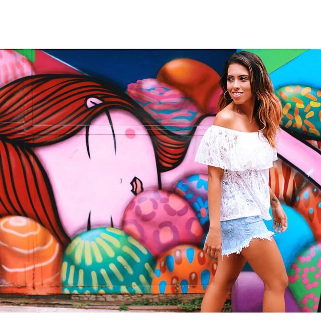 Bom dia, gente!  Bora aproveitar essa bonita manhã pra ver os posts lindos lá do blog?  Teve uma homenagem a #oscardelarenta com suas histórias e filosofias (que vão inspirar seu dia️) e post com a coleção super charmosa (perceba pelo meu look fofo) que a @helenabordon assinou para @lojasleader ️ Tem ou acesse direto no  #lánomodices #sigamodasigaleader #lookdacarla #colecionadoradegraffitis