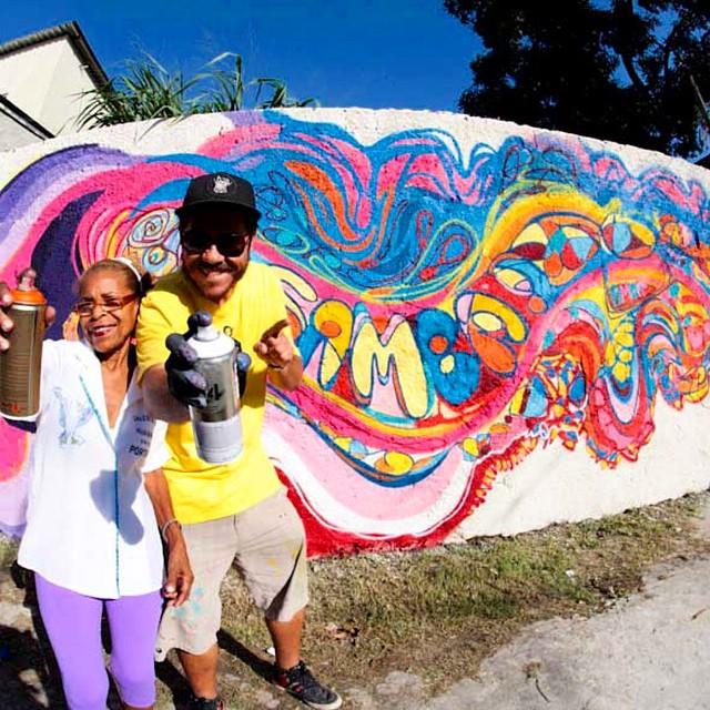 Bons momentos com Tia Nira, velha guarda da Portela, projeto trem do samba em 2012,máximo respeito! foto do amigo @madeira_photo ... Atualizado check it: www.marceloment.com.br #rio #riodejaneiro #rj #mentone #marceloment #streetartrio #original #carioca #graffiti