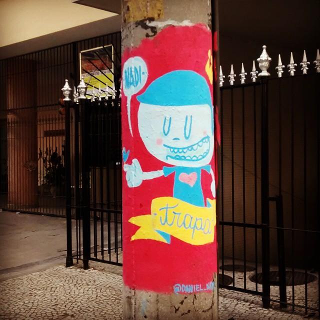 Ei, vocês querem ver meu passarinho? #trapa #trapacrew #nadi #danielnadi #daniel_nadi #graffiti #grafite #colors #montana #urbanart #streetartrio #streetart #artederua #bird #postes #tijuca #happy #love #rj #021 #tafaltandomuro #reizinho #littleking