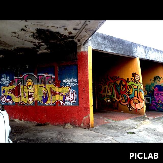 Garagem do Graffiti. RJ ZN #artistasurbanoscrew #ruasdazn #ilovegraffiti #loveletters #letters #wildstyle #tagsandthrows #throwup #worldgraffiti #streetart #streetartrio #zonanorteetc #suburbiocarioca #riograffiti #Olaria #cria #crew #writers #graffitiwriters #streetwriters #lifestyle #oldschool