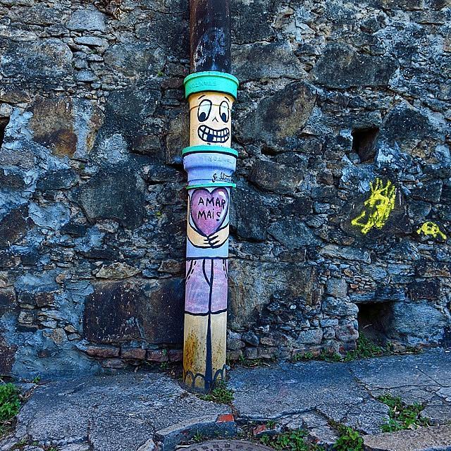 O carioca mostra sua arte nos lugares mais variados da cidade. Uma das características mais atraentes do Rio de Janeiro. Foto: @omerlin #streetart #artederua #arte #riodejaneiro #streetartrio #errejota #issoehgeneal #geneal #cachorroquente