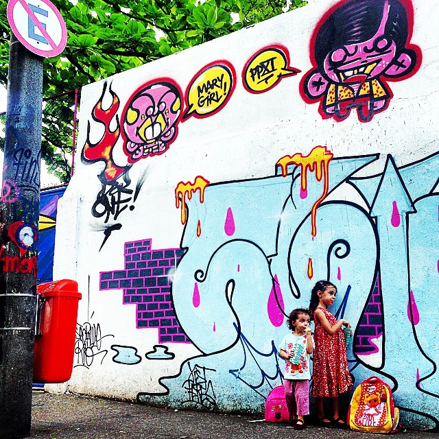 Pipoca depois da escola! #mycrew #mm #ninabailarina #pinkgirl #nibiru #rosinha #styling #marygirl #graffiti #djonereal @sockppxi #artcollective @idolnoproject  #artederua #arteurbana #streetart #streetartrio #idolnostyle #streetstyle