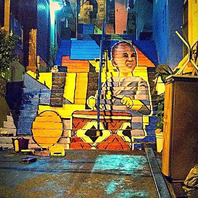 Pra quem acompanhou o processo e tava morrendo de curiosidade pra ver o resultado! Parceria SerHurbano + NAVIU + @tintascoral e o Projeto #tudodecorpravocê colorindo dessa vez a escadaria principal do Santa Marta. #tintascoral #naviu #streetartrio #streetart #rj #grafitti #art