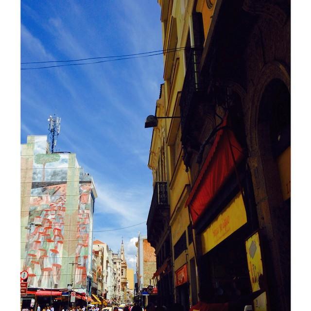 Ta no top 10 lugares pra ser feliz gastando pouco no Rio: Uruguaia e Saara. Ps.: fantasia de leão da parmalat já ta em construção. #saara #riodejaneiro #rioetc #cor #streetartrio #graffiti #streetart #tonoadorofarm