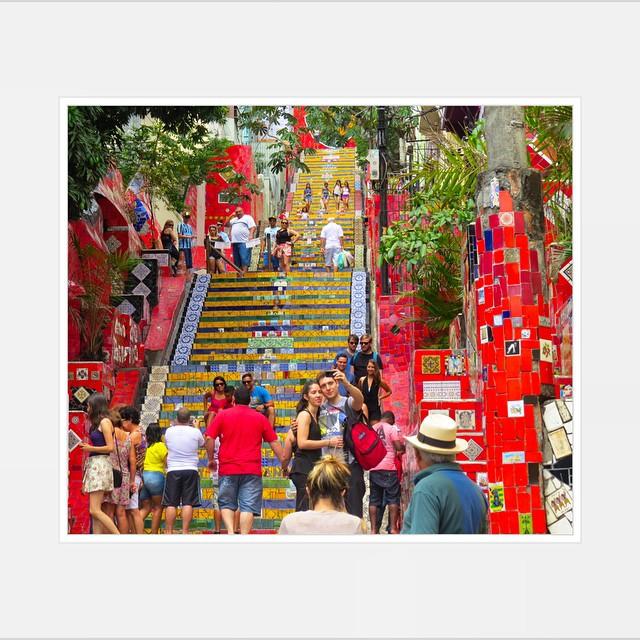 Escaderia Selarón #rdj #riodejaneiro #carioca #iloverio #brazilingram #brazil #brasilemfotos #brasil #brasil_brasileiro #brasilmeuteunosso #vagando #amobrasil #cidade #selarón #escaleras #artecallejero #arteurbano #streetart #streetartbrazil #streetphotography #streetartrio