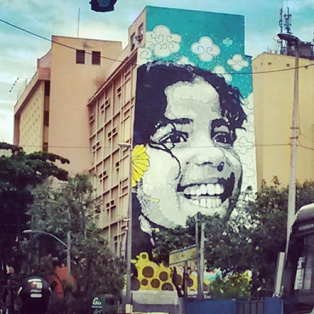 Na empena (nada) cega, um sorriso! Pq na infância, sorrir não é preciso! #arteDeRua #arteurbana #rioeuamoeucuido #riodejaneiro #021Rio #rio021 #cariocadagema #streetartrio