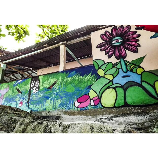 Parte da pintura feita com o irmão @gmemibr na Ilha Grande. Somos frutos do meio da natureza que vivemos #graffiti #artenailha #art #artevida #florolho #flosrescendo #flowereye #bigisland #ilhagrande #praiadoaventureiro #streetartrio #streetart