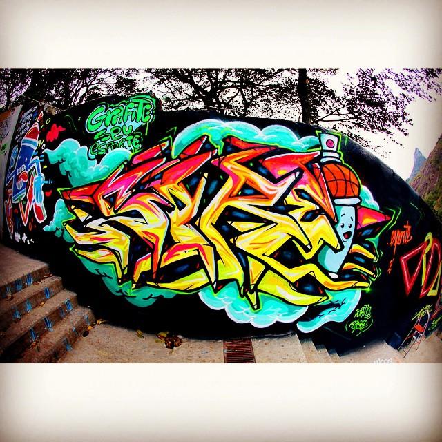Santa Marta!! Sprei!!!! #grafiteseuesporte #riodejaneiro #rjvandal #streetartrio #rj #graffiti