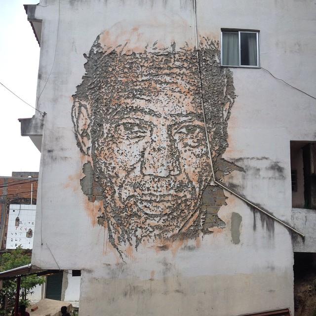 Trabalho feito pelo amigo @vhils ano passado aqui na Ladeira dos Tabajaras. Ontem em estudo de campo visitamos a área que ele fez essa obra e mais algumas. #tick #vhils #tabajaras #riodejaneiro #fraguimentos #streetart #streetartrio #streetartoficial #galeriaaceuaberto