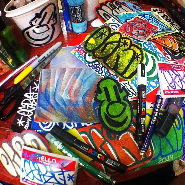Vamos a diversão artesanal! #rjstickers #rio40graus #riodejaneiro #stickers #stickerstrade #stickersporn #stickersbomb #stickersart #slaptags #slaps #slapsart #streetartrio #artederua #arteurbana #urbanart #errejota #krink #posca #grog #ogrostyle #ogro #mtn94markers #streetart #homemade #hellomynameis #handmade #handstyle #sharpie