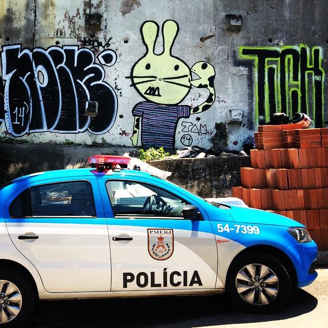 Vida boa! Conejo ta passeando bastante!    @hugohoc @tamarroba @leandrotick2   #morrodababilonia #leme #babilonia #conejoloco #graffitigirl #urbanart #streetart #streetartrio #instagraffiti #graffitiwall #spray #sprayart #toscostyle #spraypaint #latexlifestyle #bombing #ilovebombing #artederua #art #arte #rua #riodejaneiro #021 #carioca #brasil
