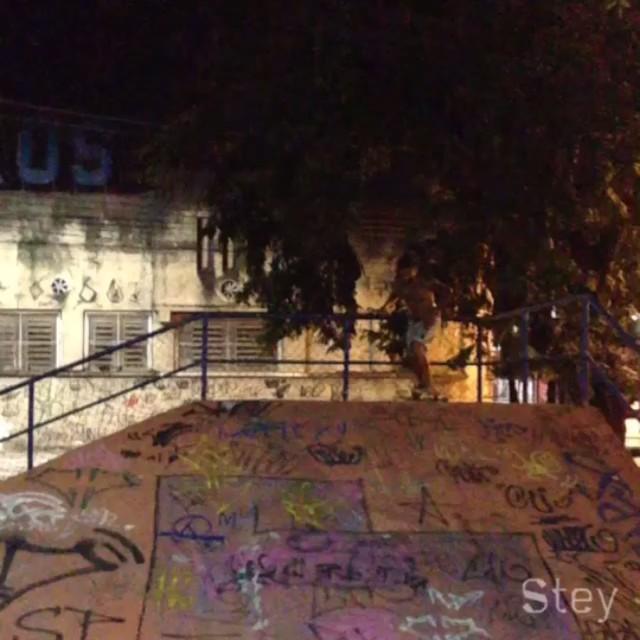 JIG na Madrugada   Vivendo o conceito. borah!? . . . #borahprarua #borahmanuia #skt #skate #sk8 #longboard_brazil #longboard #urbanart #streetartrio #humaita #duquedecaxias #ddc #cxs #bxd