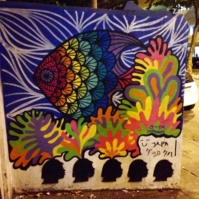 @mundo_anix e eu achamos o muro ao lado da Adega Pérola muito sem graça. Por sorte a mala de tintas estava no carro.  #graffiti #grafite #urbanart #arteurbana #riodejaneiro #brasil #rafamon #cor #tinta #arte #art #graffitirio