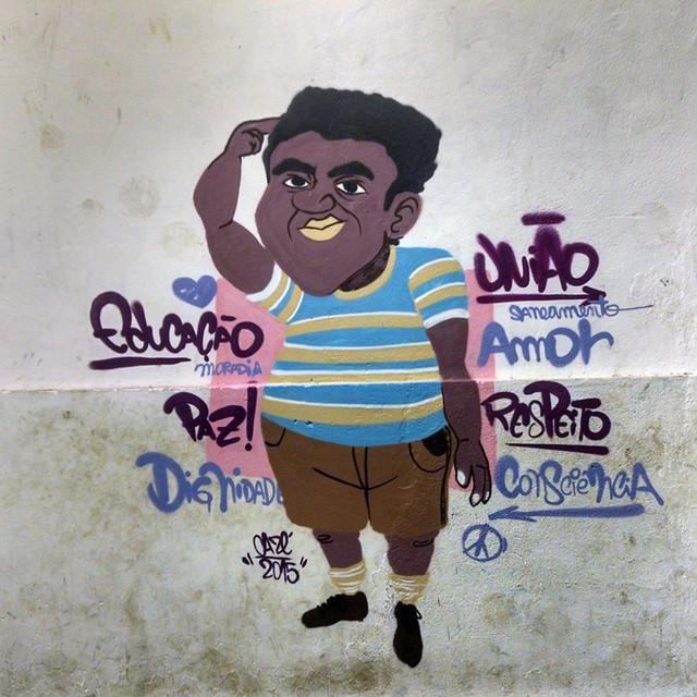 Bom dia! Inspirado no mlk mais chato da comunidade. A ideia foi passar uma mensagem cabeça, onde ao invés de ele desrespeitar ele esta reivindicando seus direitos de moradia, saneamento, paz, união e amor. Esse é o Juninho. #cazesawaya #rioeuamoeucuido #riodejaneiro #rio450anos #favela #cerrocora #characterdesign #personagensdavida #streetart #streetartrio