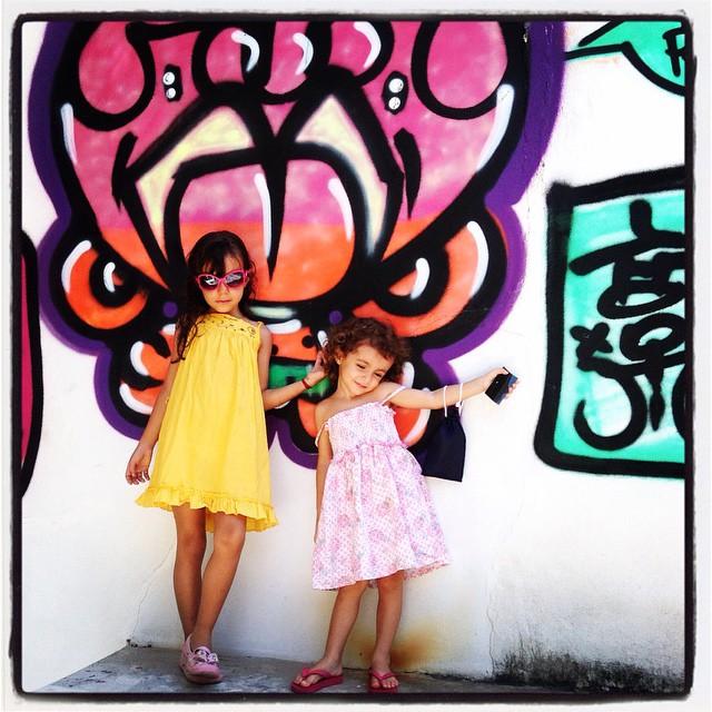 My Crew! #feriaskids #mm #ninabailarina #pinkgirl #graffiti #djonereal #styling #marygirl #artcollective @idolnoproject️ #idolnostyle #streetstyle #artederua #arteurbana #streetart #streetartrio️