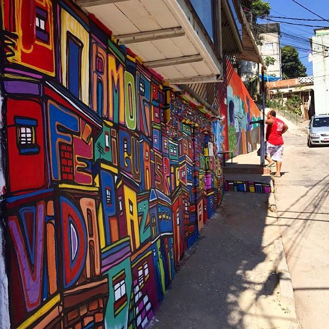 Repost @rioeuamoeucuido , projeto #galeriaurbana , muito bom poder interagir com os moradores , fazer novos amigos , valeu Airá pelo convite e parabéns aos envolvidos, todos que deram o seu melhor debaixo de um sol escaldante, obrigado Leo Rodrigues, morador da casa que pintei, muito respeito a todos os moradores do Cerro Corá! #graffiti #streetartrio #instagrafite #freestyle #freehand #carioca #spraypaint #letras #letters #mentone #marceloment #riodejaneiro #rio #rj