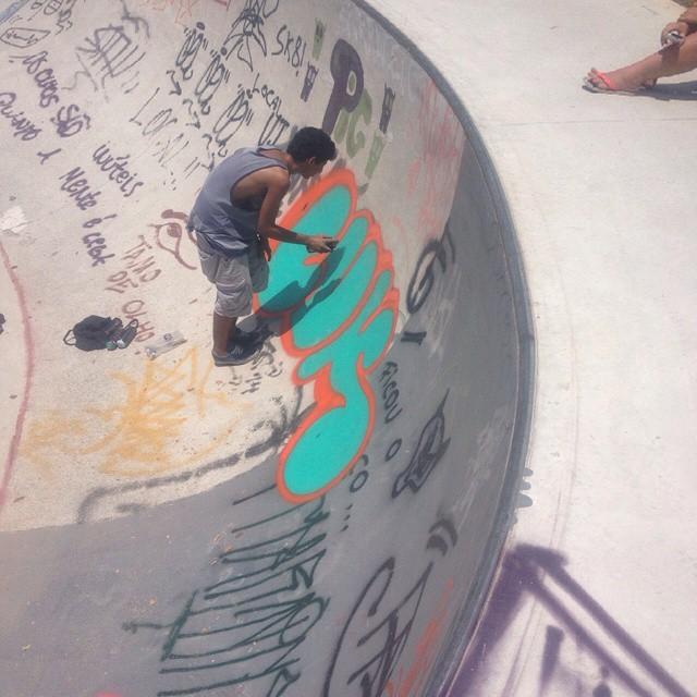 Quarto bomb do rolé de ontem, na snake do Maracanã ! #luk #streetartrio #cosmicoscrew #bomb #throwup #tijuquistao #rio40graus #riopqestounorio #hiphop #mtnrio #94 #skate #sk8 #lovegraff #graffrj
