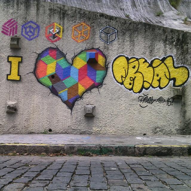Domingo de sol... ... I love graffiti !! #arte #pintura #graffiti #spray #cores #diálogomudo #palavraspintadas #espaçovazio #universopictóricoparticular #fotografia #abstraçãogeométrica #geometricabstract #naçãocrew #vsd #tintasnosmuros #viva-se! #streetartrio