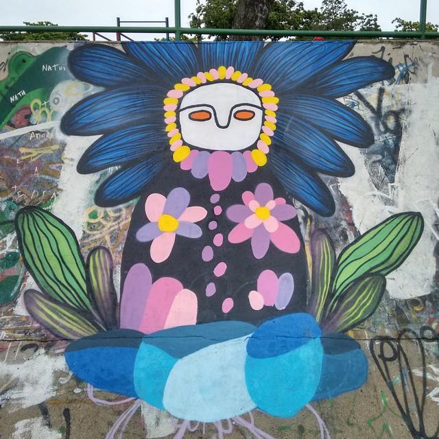 Graffiti. Onde uma matrioska entra em contato com a natureza, e onde os mundos se encontram livremente. Com @ururah #streetartrio #rjvandal #artgallery