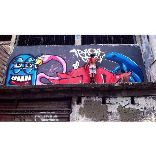 Mecânica do Beto ficou mais bonita hoje! Av. Brasil - Passarela 14. #graffiti #streetart #streetartrio #trapacrew #instagraffiti #penha #olaria #avbrasil