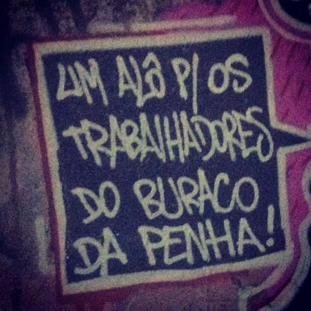 Os que estão na correria. #ruasdazn #penha #suburbiocarioca #zonanorteeetc #meuriosuburbano #artederua #tagsandthrows #caligrafiadasruas #writers #graffitiwriters #streetartrio #rjvandal #znrules #penhario #riodejaneiro #camelô #pandronobã #nasruas #graffiti #amograffiti #culturaderua 2015