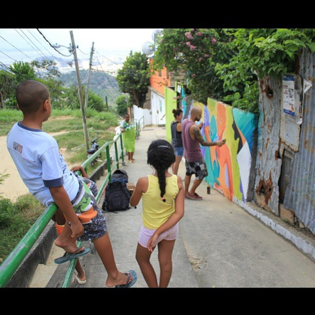 Painting with @bellasrio high up in the hills of Rio - Valeu pela foto @natpflow