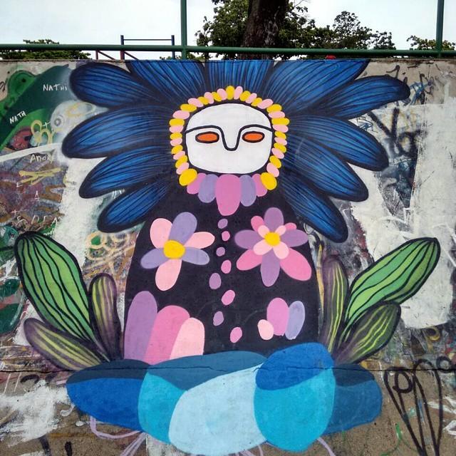 Pintura realizada com o mano @guilherme_kid no primeiro escambo cultural do @pistaown #streetart #streetartbrazil #streetartrio #graffiti #Arte #arteurbana #florolho #flosrescendo #flowereye #flower