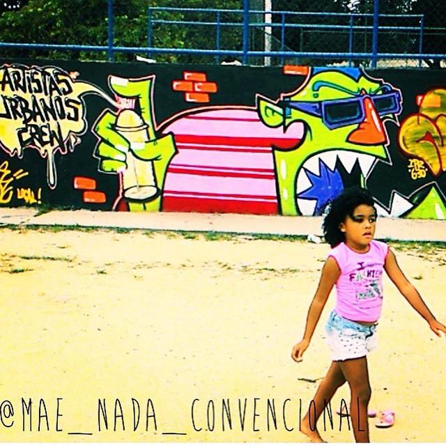 Repost @mae_nada_convencional blog muito interessante para mamães nada convencionais... Vale a pena conferir. #baby #criançafeliz #arte #artederua #urbanart #streetart #streetwriter #graffitiwriters #artistasurbanoscrew #rjvandal #streetartrio #streetart #penha #iapidapenha #pandronobã #ruasdazn Ao fundo graffiti feito por mim na rampa de skate da praça.
