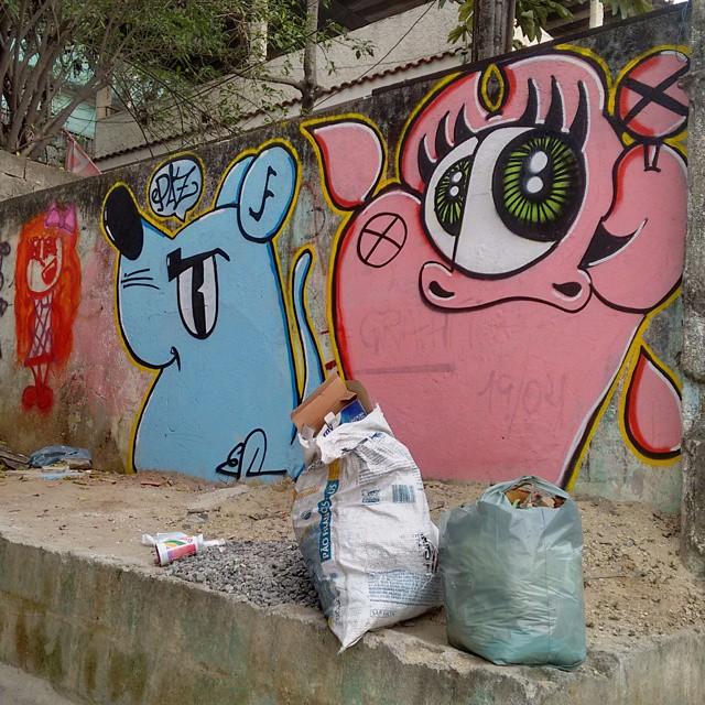 1 por amor ,2 para levar mensagen ! #ratimblu #graphite #graffiti #graffitiartists #elgraffiti #art #arte #niteroi #niteroiarte #life #vida #arteurbana #colour #colores #vacamutant #streetart #StreetArtRio #comunidade #ilhadaconceição #paz #galeria #gallery #pack #paint #personas