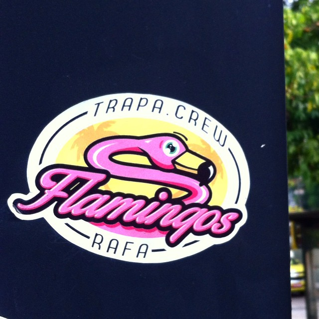 Ainda tá lá. #rafa #rafagraffiti #sticker #adesivo #flamingo #flamingos #streetart #streetartrio #trapacrew #rj #rio #riosul