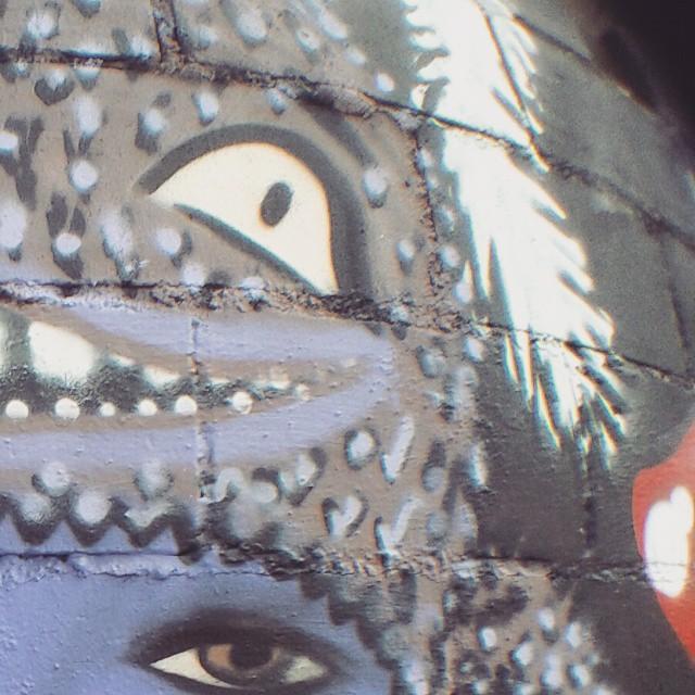 Detalhe de quem não dá altura e termina a pintura a noite...rs ----- Details of who does not give height and finishes painting the night ... lol #dools #sos #purpledool #mikagraffiti #graffitifeminino #dapontepraca #streetartrio #arteurbana #artrio