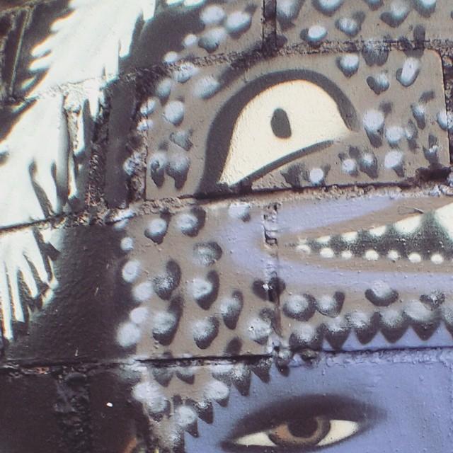Detalhe de quem não dá altura e termina a pintura a noite...rs ----- Details of who does not give height and finishes painting the night ... lol #dools #sos #purpledool #mikagraffiti #somosoquesomos #dapontepraca #streetartrio #arteurbana #artrio #graffitifemino