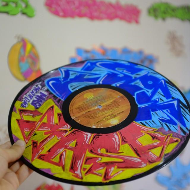 Disco de vinil reaproveitado, mais uma decoração do quarto . #eliasmast #arteurbana #graffitiwriter #streetartrio #graffiti #vinil