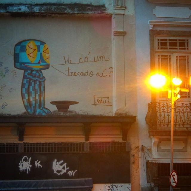 E são pelas paredes em cima que tentam ensinar a aqueles que não olham para baixo . Arte por: @kaduoriginal #streetartrio