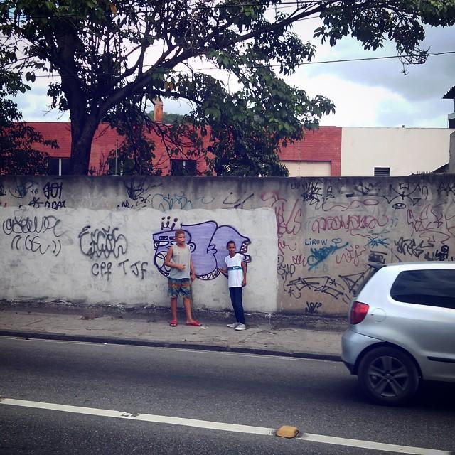 - Koe tio?! Tira uma foto da gente?! É nós molecada, vocês são o futuro, eu já tô velho... #graffiti #StreetArtRio #rua #vandal #throwup #leandroice #rj #zn #ruasdazn #xarpi