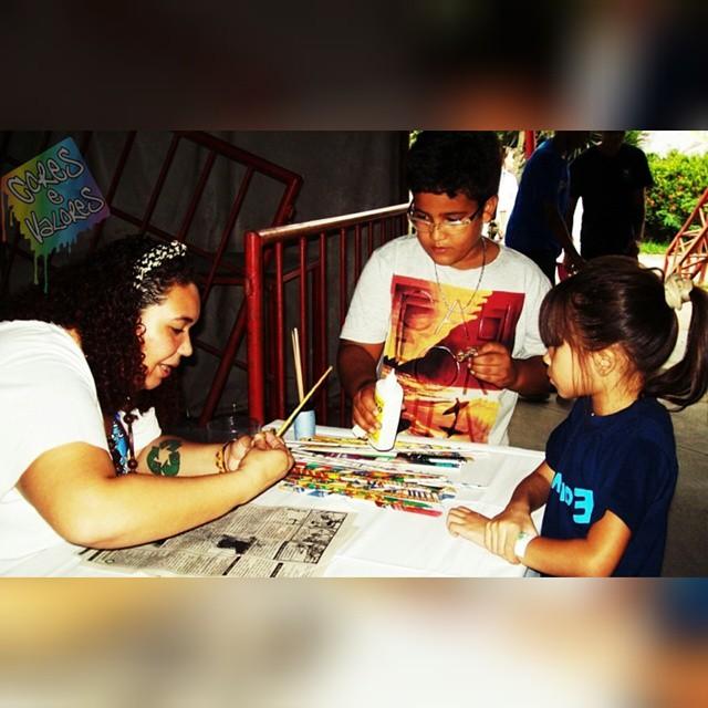 Oficina de Artesanato com a Mamuska!!! As crianças participam de nossos festivais, interagem e apreciam o evento ao todo! -2° Edição (Lona Cultural De São Gonçalo) #Mamuska #Artesã #artrio #streetartrio #artesanatos #somosoquesomos #dapontepraca #streetartesg #hiphop #sãogonçalo #culture #Festivalcoresevalores #coresevalores