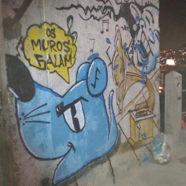 Os muros falam ! #ratimblu #graffiti #gramofone #graffitiartists #arteurbana #artcollective #arte #art #galeria #galeriaurbana #gallerywalk #gallery #streetart #favel #culturaniteroi #comunidade #vida #lifestyle #life #niteroi #ilhadaconceição #morodomickey #StreetArtRio #colores #colour #pack #personas #graphite #elgraffiti