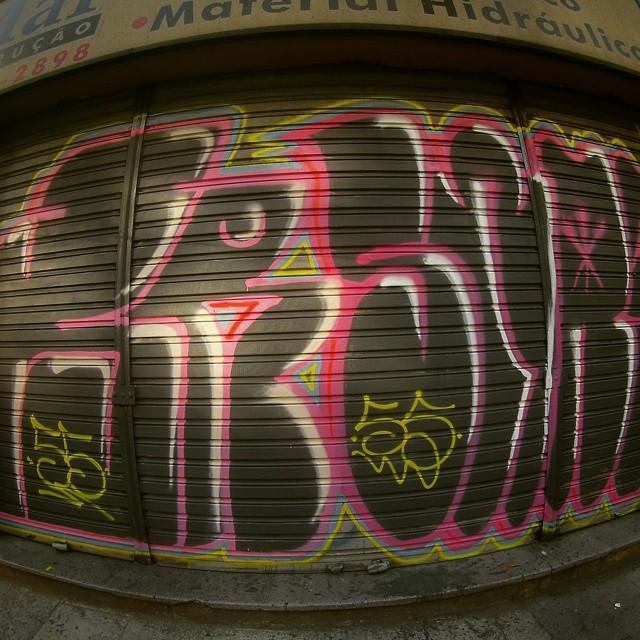 Tudo CINCO aqui na area! Com meu mano @high5.ives!!  #tagsandthrows #welovebombing #12ozprophet #graffitilovers #bombingbrasil #mtnbrasil #mtncolors #graffitisavedmylife #graffitilife #area #humaita #beiramar #fuckthepolice #vandal #vandaloeogoverno #vandalismo #euamovandalismo #streetartrio #rjvandal #rio40graus #rioeuamoeucuido #tudo5 #55
