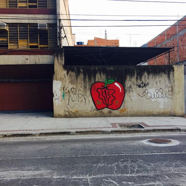 #streetartrio #riodejaneiro #grafite #graffiti #bomb #throwup #apple #maçã #grafiteiras #vagina