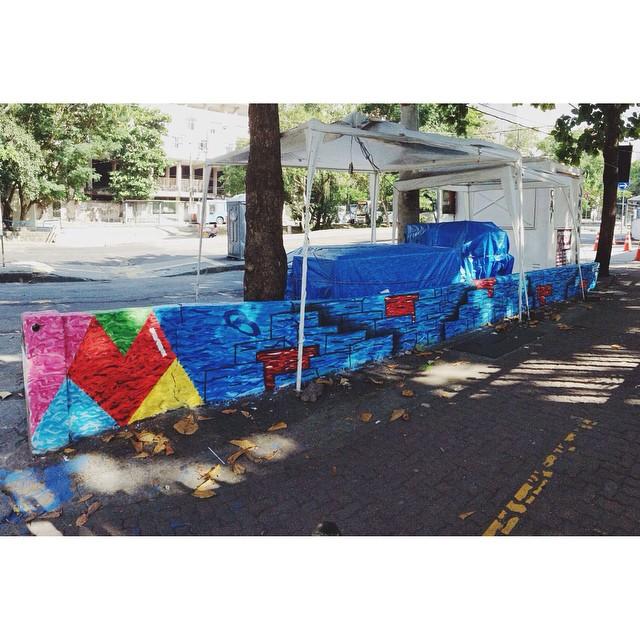Coracao + Muvuca pra tirar um pouco do cinza!! Com direito a um coração feito pela Valentina, uma menininha linda que parou e quis participar da pintura!! #StreetArtRio #art #graffitiart #Lefe