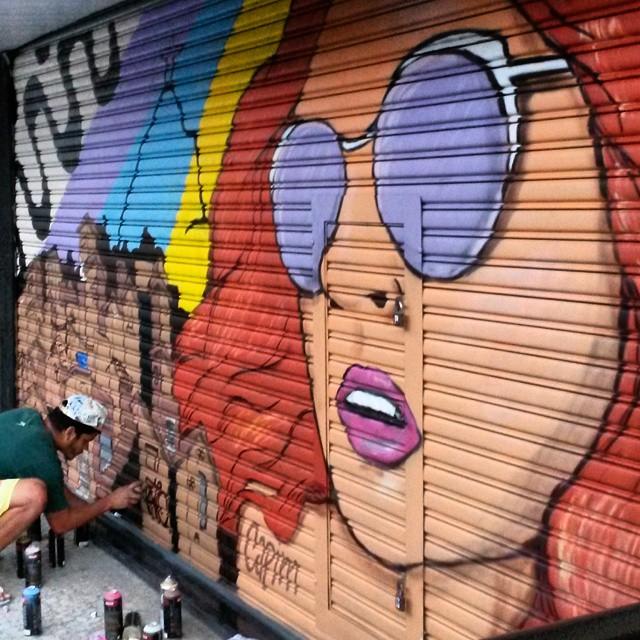 Fechando o graffiti de hoje com @wallace.pato ... painel ficou show! @óticavisaocentral... Aí @marceloeco. O que achou dos dois alunos? #capimnaparede #CapimLimao #streetartnews #streetartrio #rjgraffiti #graffitirio #graffiti_clicks #grafitecarioca #grafite #rj #copacabana #copa #artrio #murosdacidade #graffitiwall #mtn #94 #instagrafite #woman #art #draw