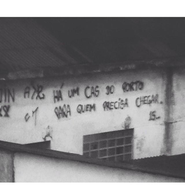 """""""Há um cais do porto para quem precisa chegar"""". #riodejaneiro #igersrio #ig_riodejaneiro_ #rioetc #linomuro #olheosmuros #oqueasruasdizem #streetartrio #porainorio #citystreets #vsco #vscocam"""