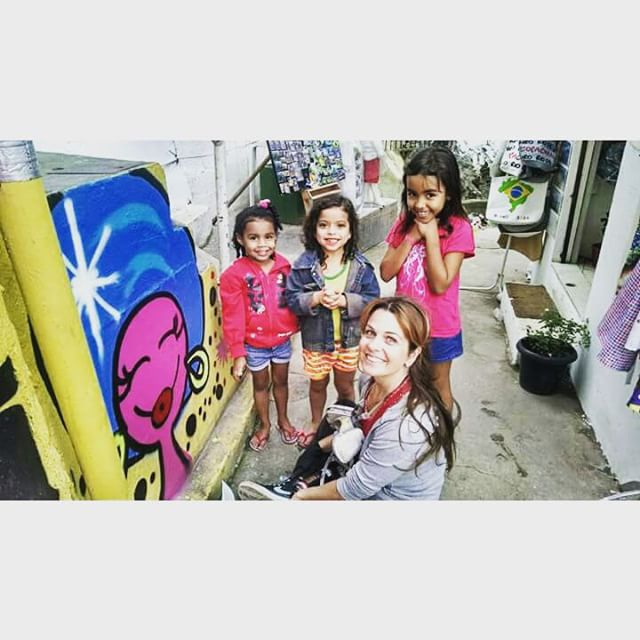 O bom de pintar na comunidade são as pequenas amizades q fazemos!  #children #child #riodejaneiro #rj #santamarta #graffiti #streetartrio #streetart #SquareInstaPic