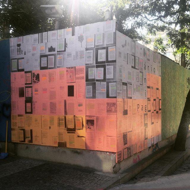 Primeira imagem do nosso Paginário no Leblon! Valeu @faleblon, evento bombando! Nosso mural fica na Praça Antero de Quintal, na esquina da Bartolomeu Mitre com a General San Martin, num tapume do metrô ao lado de uma floricultura. #paginario #paginario_ #leblon #festivalarteleblon #streetartrio #riodejaneiro #rioguiaoficial #literatura #arte #GaleriaUrbana #arteurbana #artederua #jeffrey #metrorio