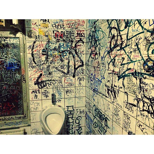 Wilkomen berlin #berlin #europe #thosewhowander #summer #europe #eurotrip #streetartrio #street #graffiti #streetart #art #welovestreetart #urban #streetphotography #urbanart #graffitiart #graffitiphotographer