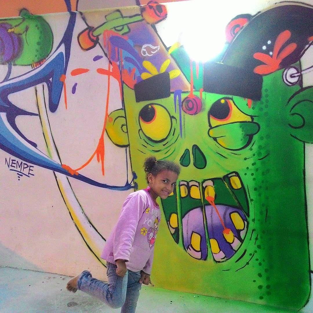 Ela e o Cara de lata!  Não tem preço ver uma criança sorrir... #alfa #alfaartista #tinta #lata #painting #arte #draw #Persona #mylifestyle #mylove #criança #sorriso #streetartrio
