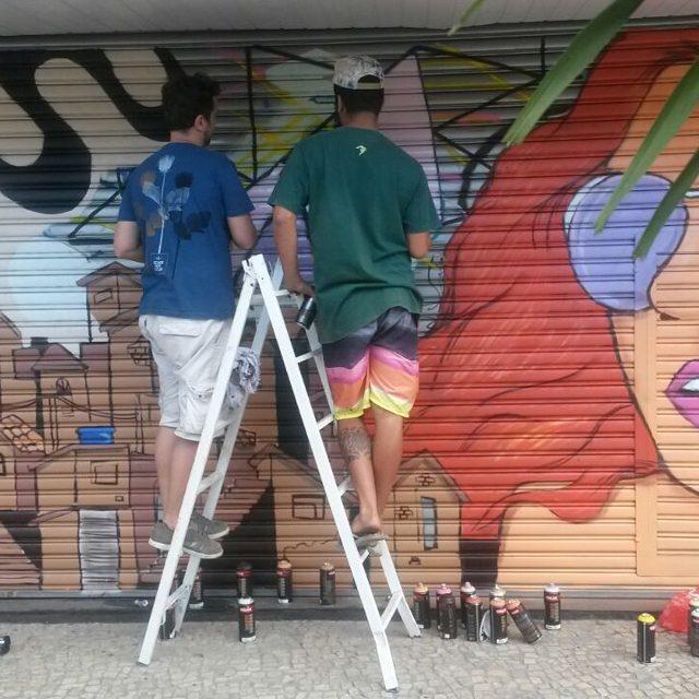 Reunião de trabalho com @wallace.pato .. decidindo o fundo da imagem Valeu @oticavisaocentral  #capimnaparede #CapimLimao #streetartnews #streetartrio #rjgraffiti #graffitirio #graffiti_clicks #grafitecarioca #grafite #rj #oticavisaocentral #botafogo #artrio #murosdacidade #graffitiwall #mtn #94 #instagrafite #graffitirj #graffiticarioca #misturaurbana #spraypaint