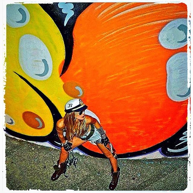 #tbt @flaviazanelli #idolnowar #flashbackfriday #styling @marygirlstyle #djonereal #bomber #streetartrio #graffiti #drone