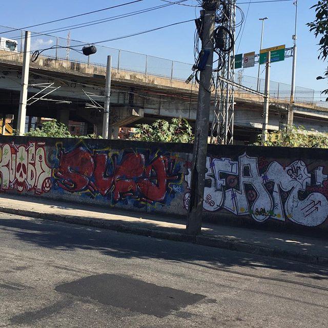 De passagem mas não a passeio... #ruasdazn #rjvandal #streetartrio #streetwriters #writers #zonanorte #artistasurbanoscrew #ilovebomb #bombing #bomb #tagsandthrows #throwups #suburbiocarioca @loja.junkz