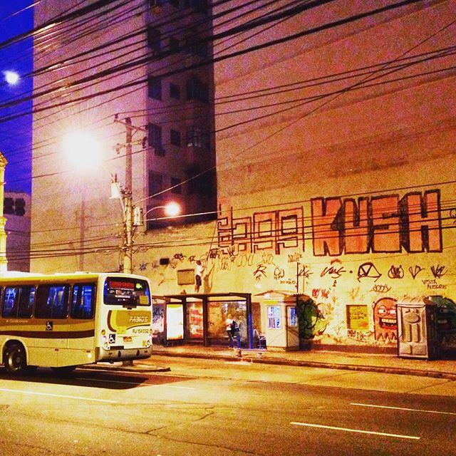 Na luz da lua fica tudo mais bonito !! Só pra começar a semana #ruarj #rjvandal #vandal #bomb #tagsandthrows #tags #throwup #fatcap #astro #arteurbana #mtnrio #xarpi #streetartrio #streetart #grafiti #instagrafite #fatcap #hardcore #ilovebomb #latex #spray #grapixo #RJ #rollup #extensor